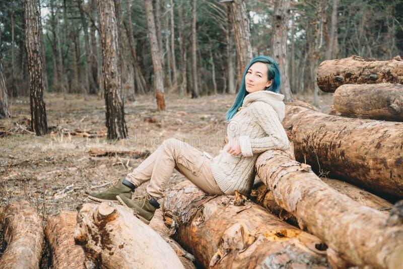 Ung kvinna som vilar på naturen royaltyfria bilder