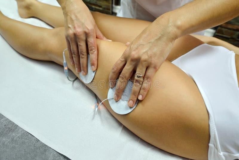 Ung kvinna under kosmetisk kroppbehandling royaltyfria foton