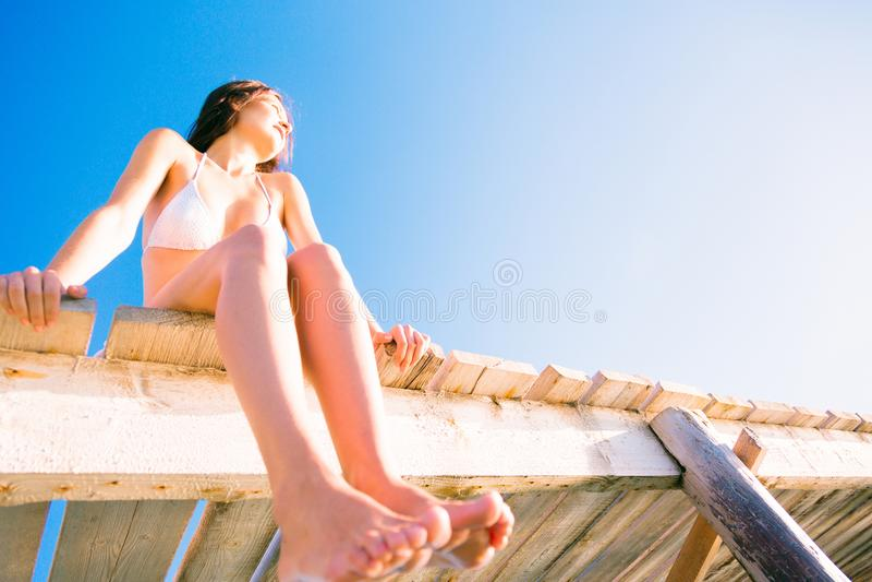 Ung kvinna vid havet arkivbilder