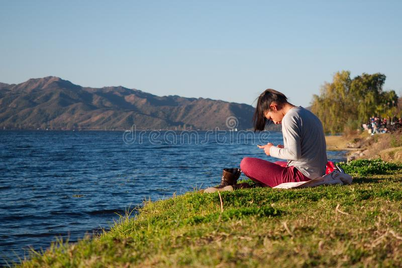 Ung kvinna vid San Roque sjön arkivbild