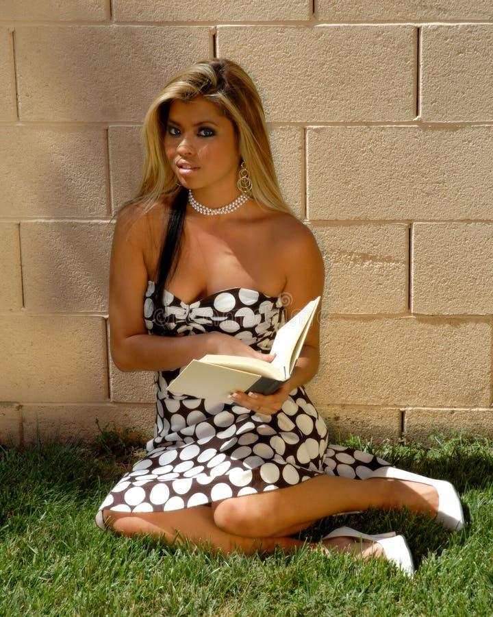 Ung kvinnaavläsningsbok royaltyfria bilder