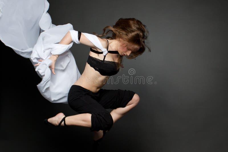 Download Ung Kvinnabanhoppning Från Ett Framkallande Silkespapper. Fotografering för Bildbyråer - Bild av ferie, vitt: 27275201