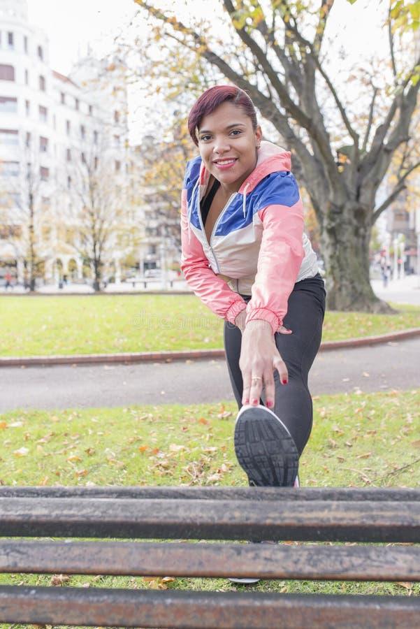 Ung kvinnagenomkörare fotografering för bildbyråer