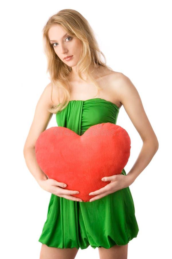 Ung kvinnainnehavhjärta arkivfoton