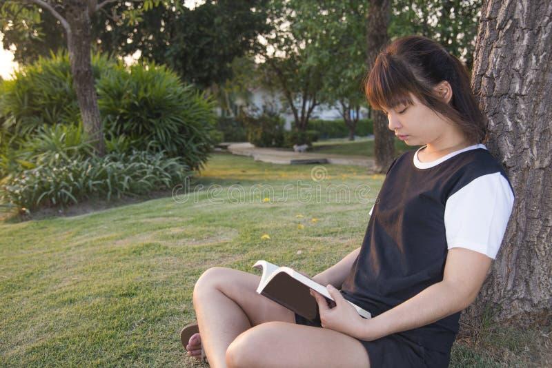 Ung kvinnaläsning bokar Closeup av en härlig rea för ung kvinna royaltyfria bilder
