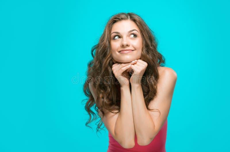 Ung kvinnas stående med lyckliga sinnesrörelser royaltyfri bild