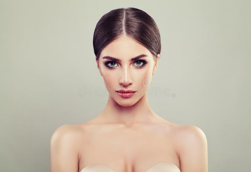 Ung kvinnastående Cosmetology skönhet royaltyfria foton