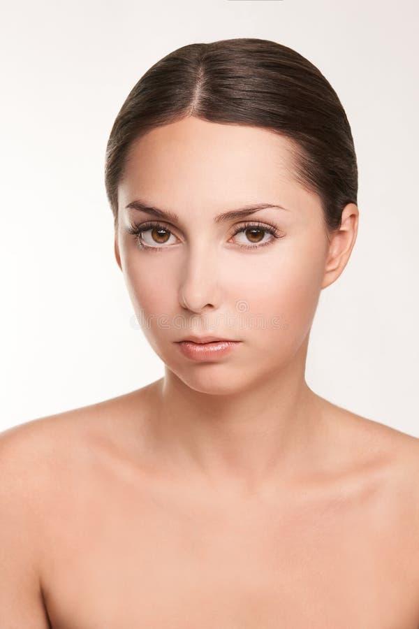 Ung kvinnastående Cosmetologybehandling royaltyfria bilder
