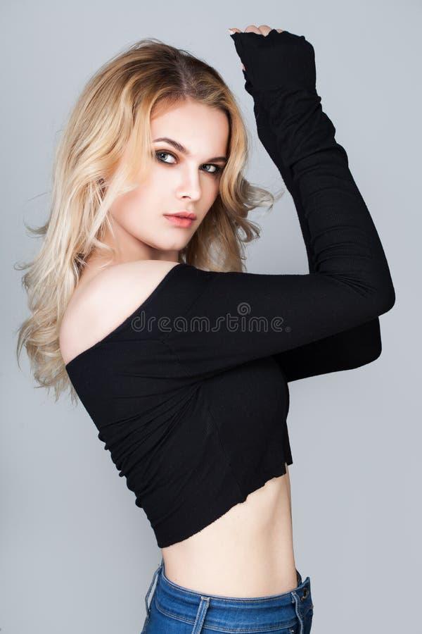 Ung kvinnastående Kvinnlig modell Woman royaltyfri bild