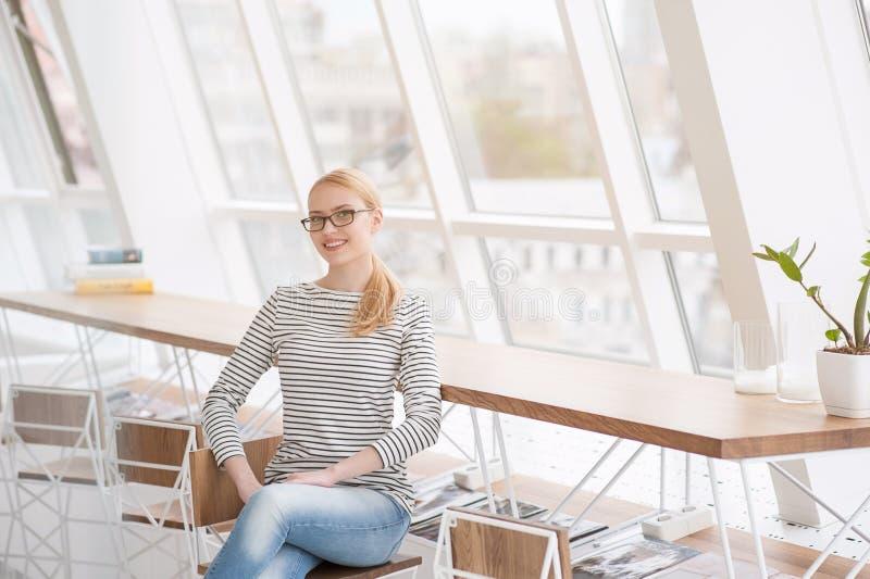 Ung kvinnlig arkitekt som ler på kameran royaltyfria bilder
