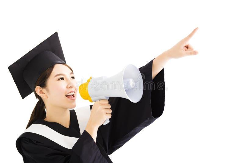 Ung kvinnlig asiatisk avläggande av examen som ropar med megafonen arkivbild