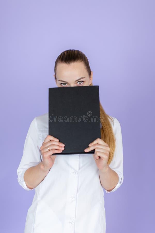 Ung kvinnlig blond doktor royaltyfri foto