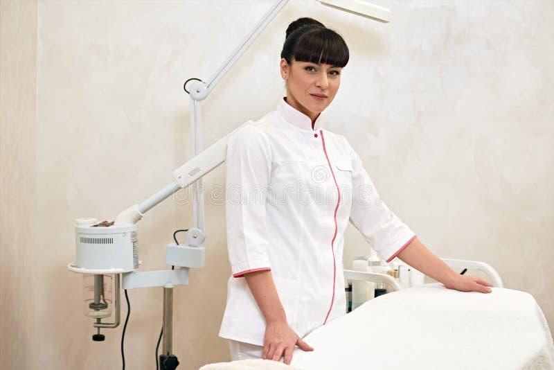 Ung kvinnlig cosmetologist för arbete royaltyfria foton