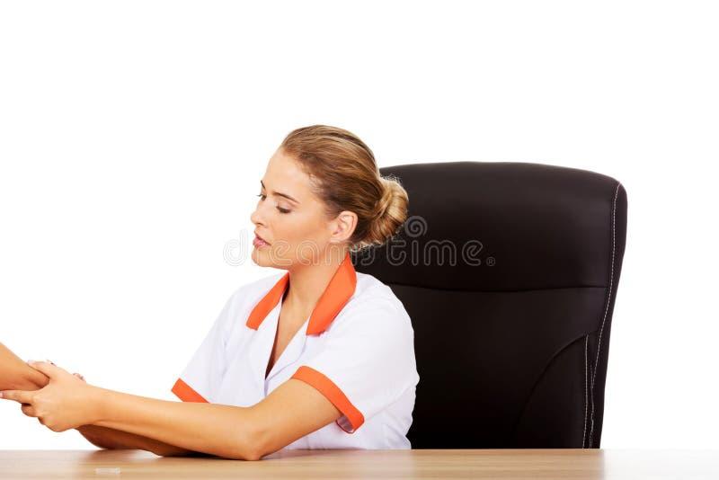 Ung kvinnlig doktor eller sjuksköterska som ger en injektion arkivfoton