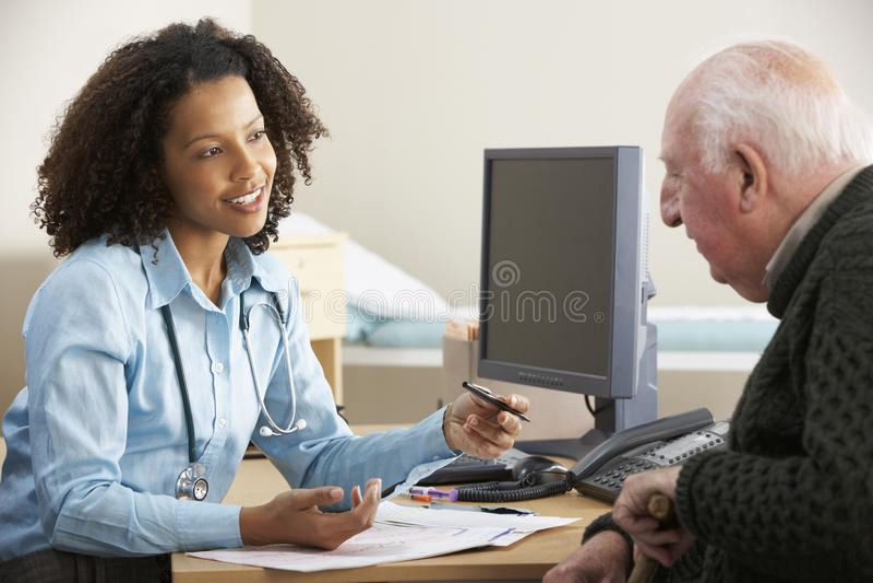 Ung kvinnlig doktor med den höga manliga patienten arkivbild