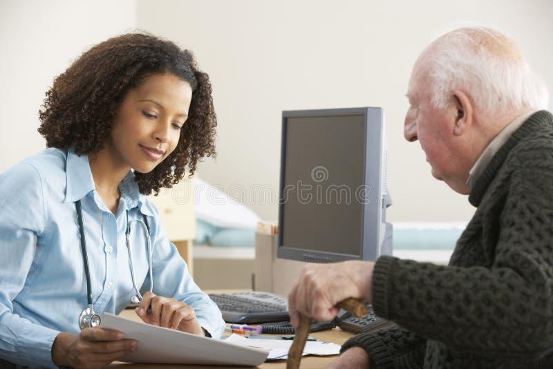 Ung kvinnlig doktor med den höga manliga patienten arkivbilder