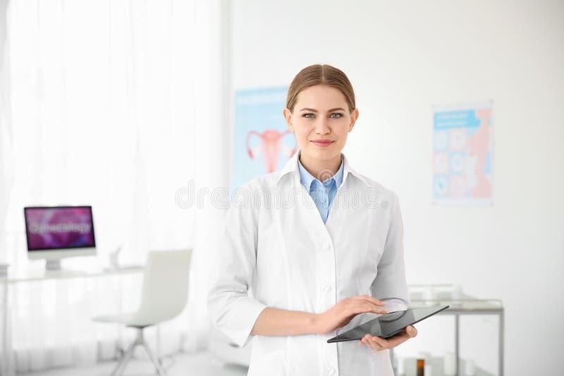 Ung kvinnlig doktor med minnestavlan i modernt sjukhus arkivfoton