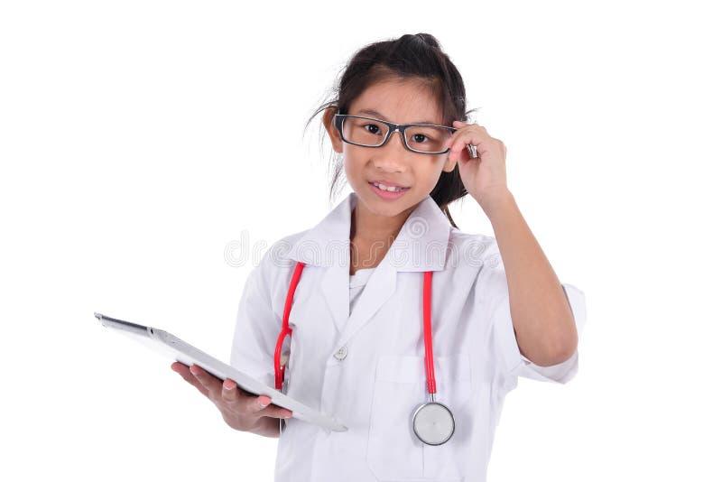 Ung kvinnlig doktor som använder minnestavlan - som isoleras över en vit backgro arkivbild