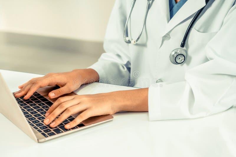 Ung kvinnlig doktor som arbetar i sjukhuskontor royaltyfria bilder