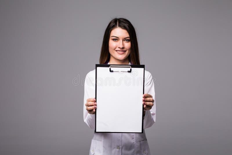 Ung kvinnlig doktor som rymmer den tomma mappen med mappar av deseasesjukdomen Specialistpunkt vid pennmellanrumsskrivplattan Kvi royaltyfria bilder