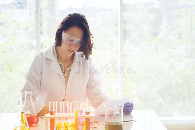 Ung kvinnlig forskare i medicinsk forskning för danande för labbarbetare in royaltyfri foto