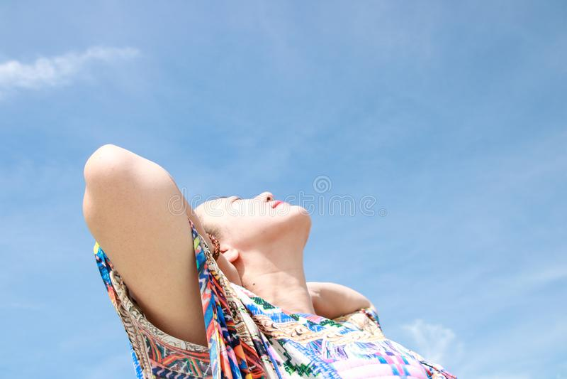 Ung kvinnlig handelsresande som tycker om sommarsemestrar p? stranden arkivbild