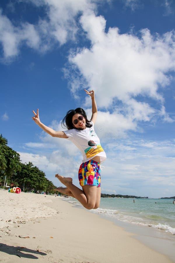 Ung kvinnlig handelsresande som tycker om sommarsemestrar p? stranden royaltyfria foton