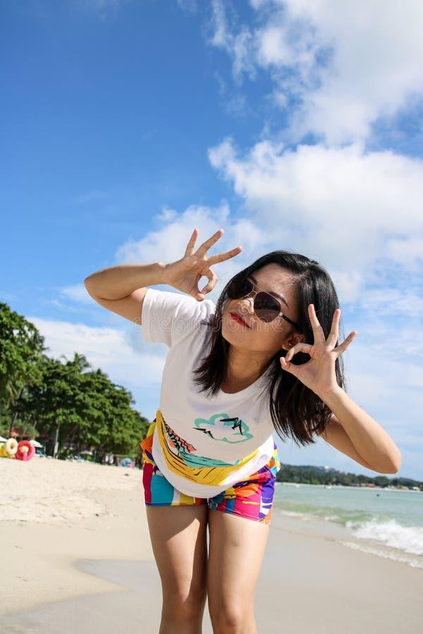 Ung kvinnlig handelsresande som tycker om sommarsemestrar p? stranden arkivfoton