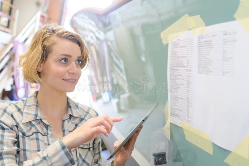 Ung kvinnlig kompetent administratör med handlagblocket arkivbilder