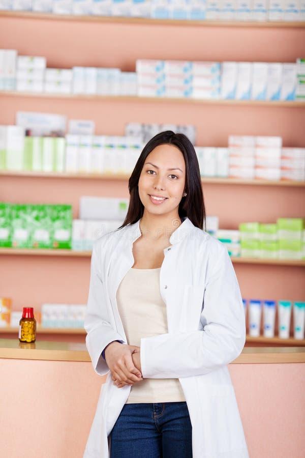 Ung kvinnlig kvinna som arbetar i apotek royaltyfri bild