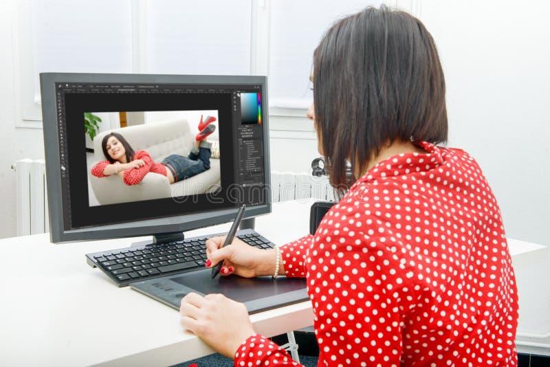 Ung kvinnlig märkes- användande diagramminnestavla, medan arbeta med c arkivfoto