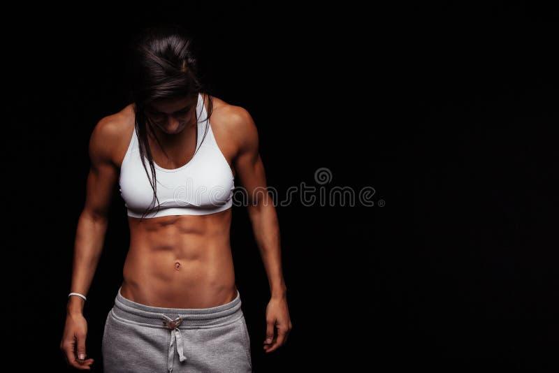 Ung kvinnlig med den perfekta muskulösa kroppen arkivbild