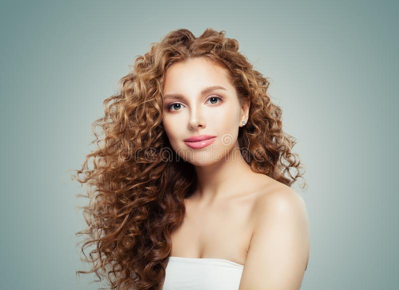 Ung kvinnlig modell Face härlig ståenderedheadkvinna arkivfoto