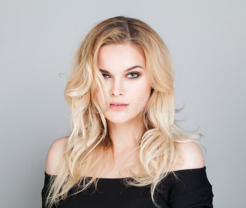 Ung kvinnlig modell Woman med krabbt hår arkivbilder