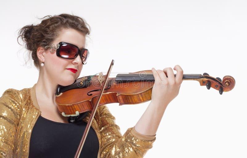 Ung kvinnlig musiker Playing Violin royaltyfria foton