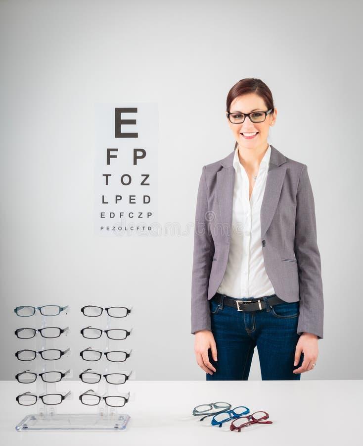 Ung kvinnlig optiker royaltyfri bild