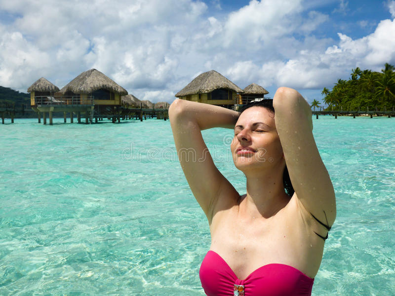 Ung kvinnlig på stranden royaltyfri fotografi