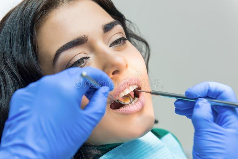 Ung kvinnlig på tandläkaren arkivfoton