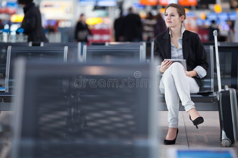 Ung kvinnlig passagerare på flygplatsen royaltyfri bild