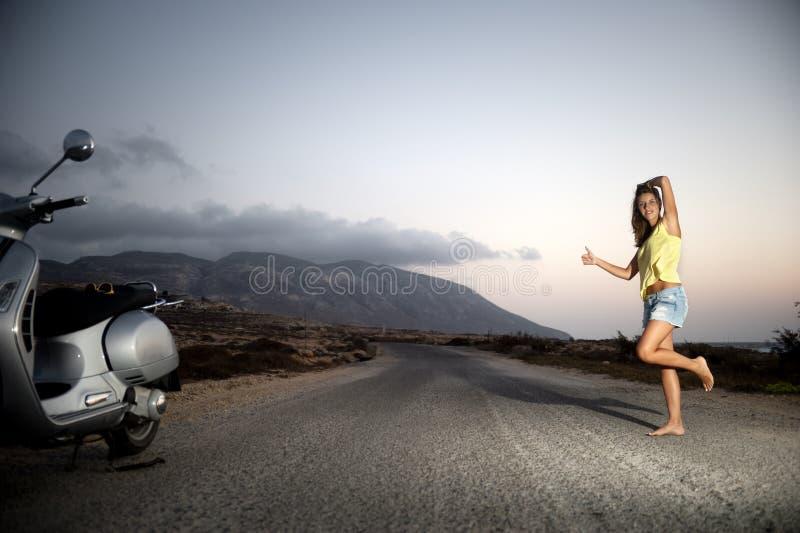 Ung kvinnlig som bara liftar i bygden royaltyfria foton