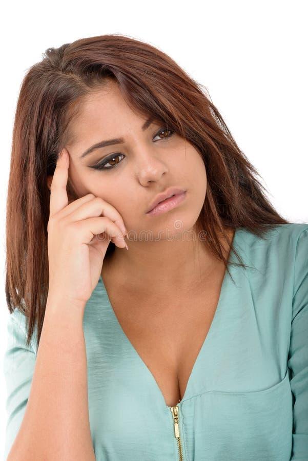 Ung kvinnlig som tänker och grubblar över något med hennes fing arkivfoton