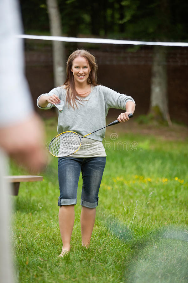 Ung kvinnlig spela badminton arkivbild