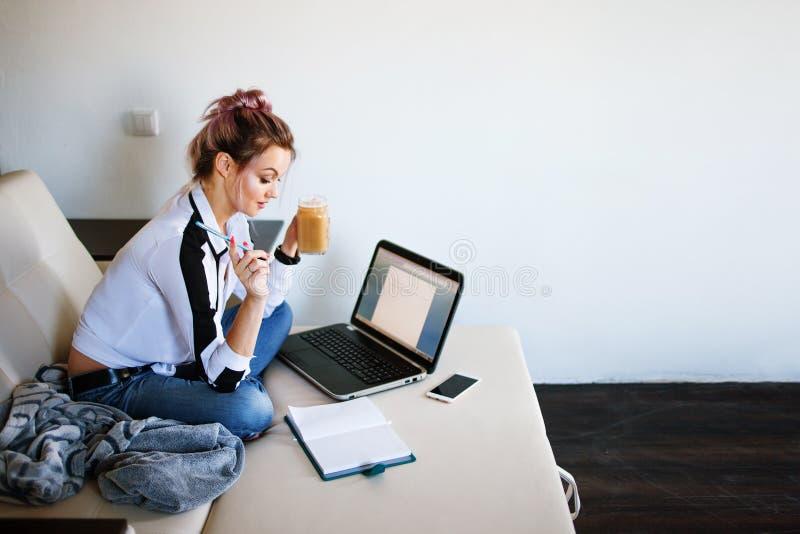Ung kvinnlig student eller entreprenör som hemifrån arbetar Avlägset arbete royaltyfri bild