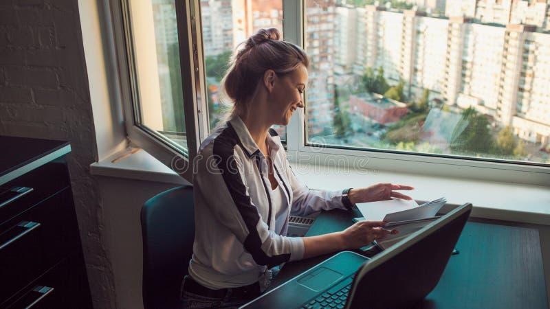 Ung kvinnlig student eller entreprenör som hemifrån arbetar Avlägset arbete royaltyfria foton