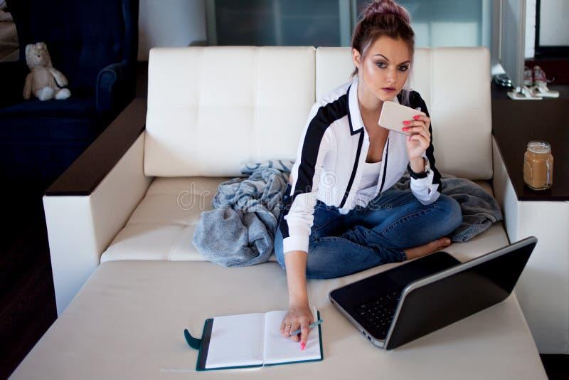 Ung kvinnlig student eller entreprenör som hemifrån arbetar Avlägset arbete royaltyfri foto