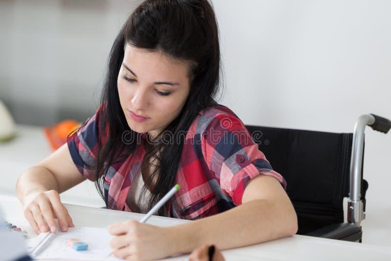 Ung kvinnlig student på rullstolen arkivbilder