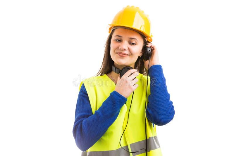 Ung kvinnlig tekniker som lyssnar till musik royaltyfria bilder