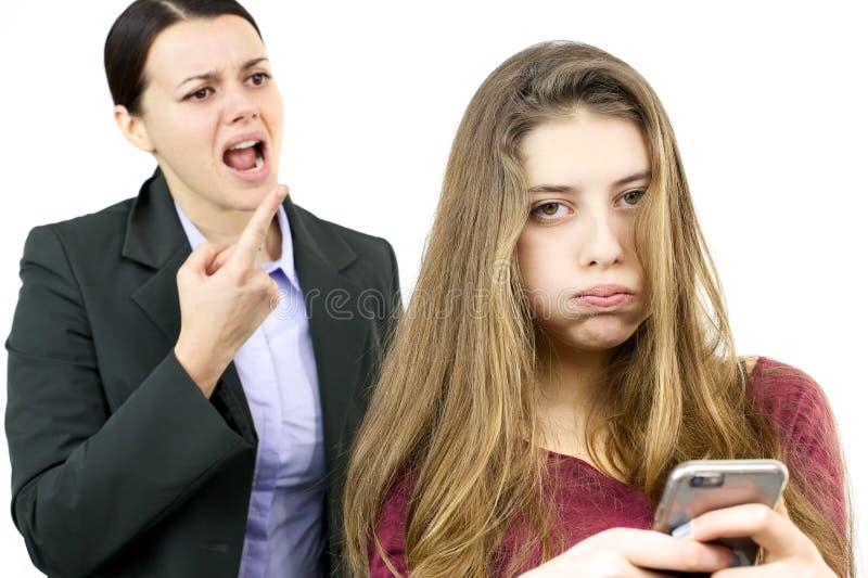 Ung kvinnlig tonåring som borras av ilsken moder arkivbilder