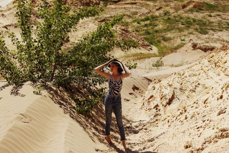 Ung kvinnlig turist i berg N?tt flicka ?ver h?rlig landskapbakgrund arkivfoton