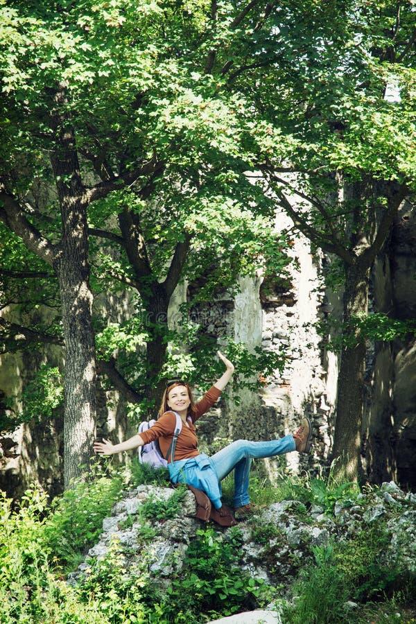 Ung kvinnlig turist som fotvandrar på den Plavecky slotten royaltyfri foto